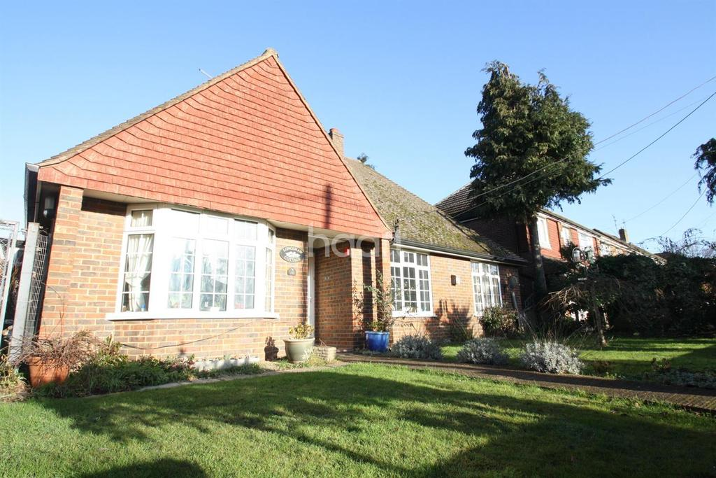 4 Bedrooms Bungalow for sale in South Road, Ash Vale