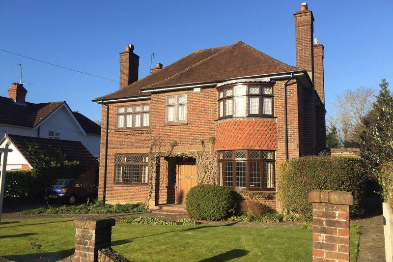 4 Bedrooms Detached House for sale in Avenue Road, Cranleigh