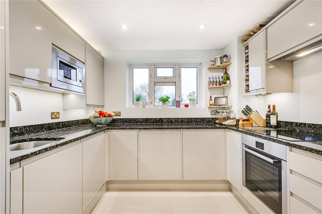 2 Bedrooms Flat for sale in Hawthorn Court, West Hall Road, Richmond, Surrey