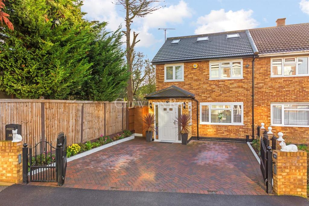 4 Bedrooms End Of Terrace House for sale in Chigwell