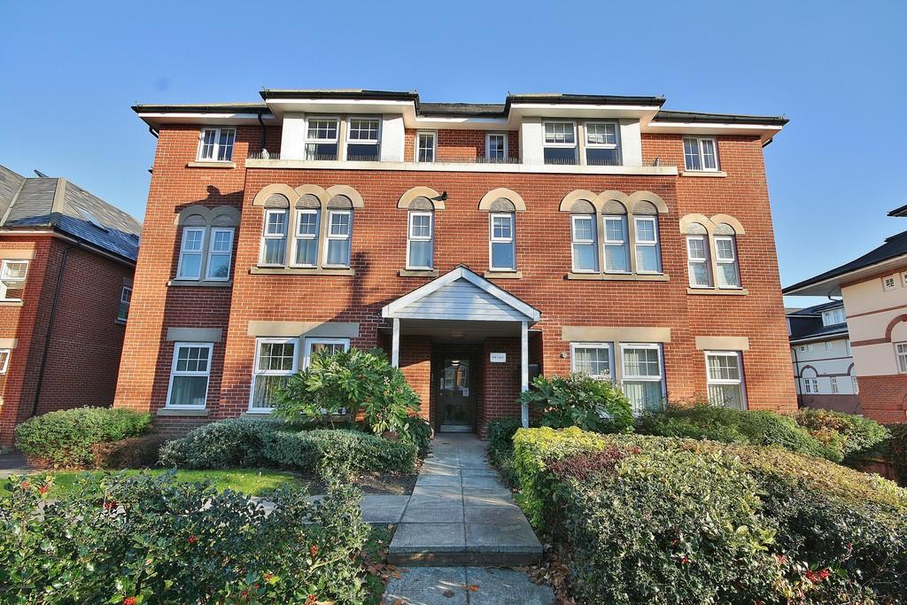 2 Bedrooms Ground Flat for sale in Woking, Surrey