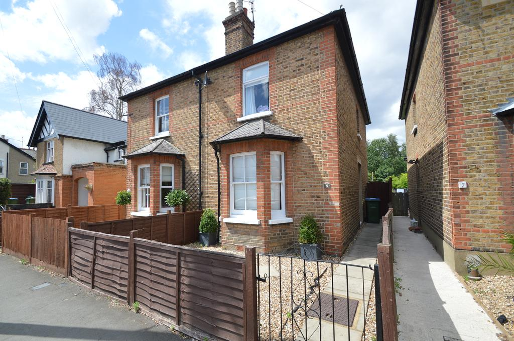2 Bedrooms Semi Detached House for sale in Rydens Grove, HERSHAM KT12