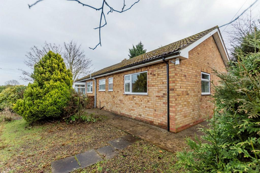 2 Bedrooms Detached Bungalow for sale in High Street, Thornton le Clay, York