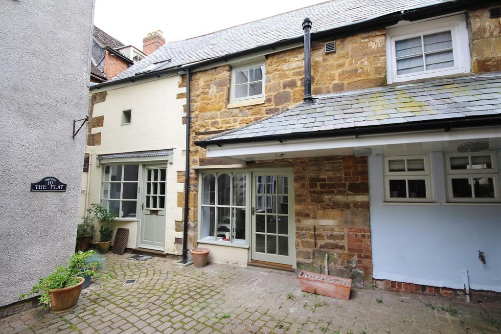 2 Bedrooms Cottage House for sale in Printers Yard, Uppingham, LE15 9RA