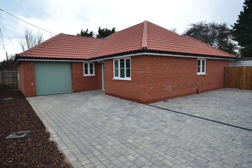 3 Bedrooms Detached Bungalow for sale in Clacton Road, Weeley Heath