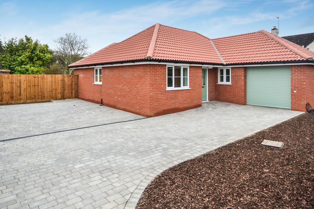 3 Bedrooms Detached Bungalow for sale in Clacton Road, Weeley Heath, Clacton-on-Sea