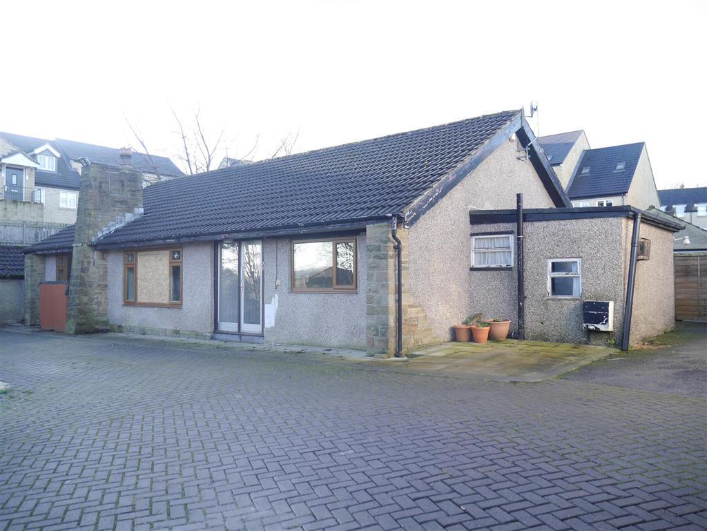 4 Bedrooms Detached Bungalow for sale in Highfield Avenue, Idle, Bradford, BD10 8QZ