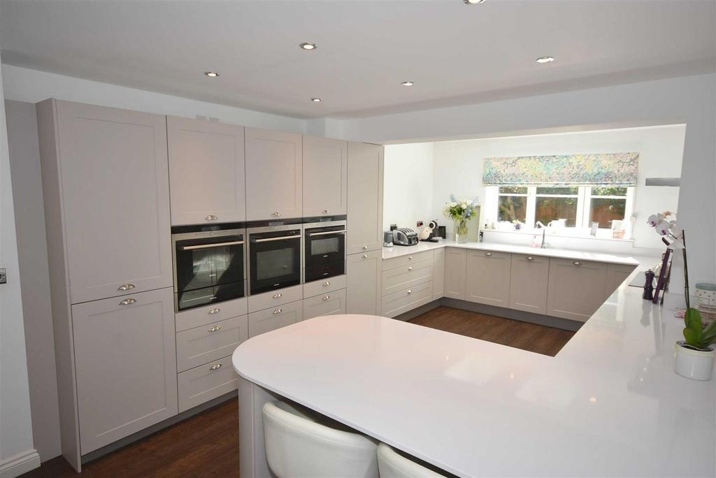 5 Bedrooms Detached House for sale in Malham Drive, Kettering