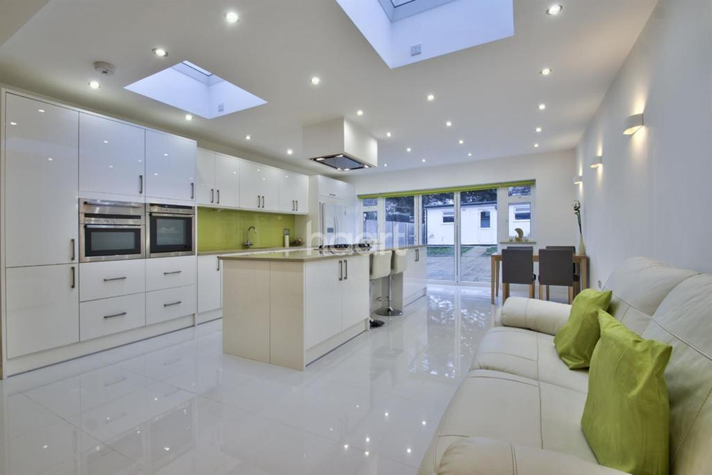 3 Bedrooms Semi Detached House for sale in Clydesdale Avenue, Stanmore, HA7