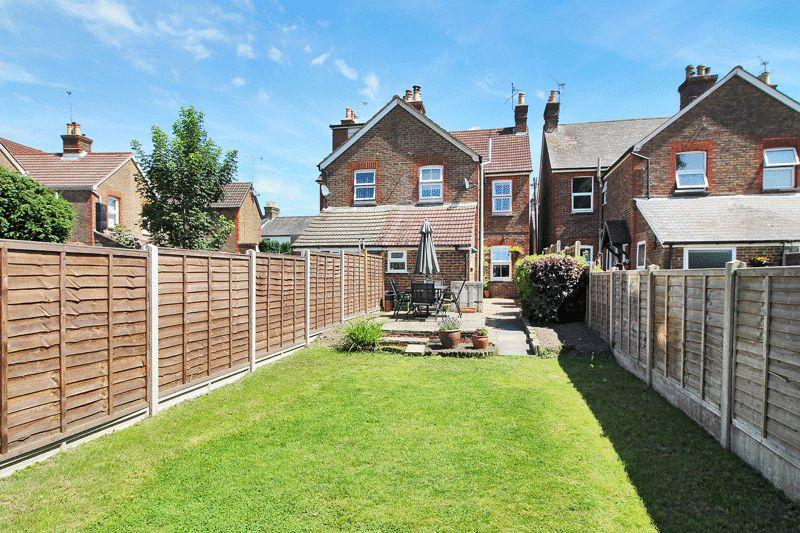 3 Bedrooms Semi Detached House for sale in Oakhill Road, Horsham