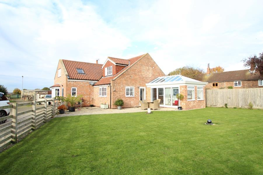 4 Bedrooms Detached House for sale in SWEEMING LANE, LITTLE FENTON, LS25 6HF