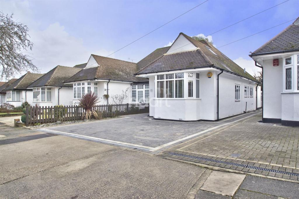 4 Bedrooms Bungalow for sale in Birkdale Avenue, Pinner