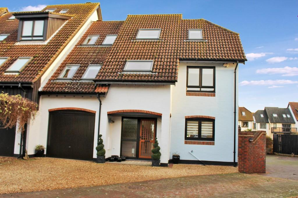 5 Bedrooms Town House for sale in White Heather Court, Hythe Marina Village