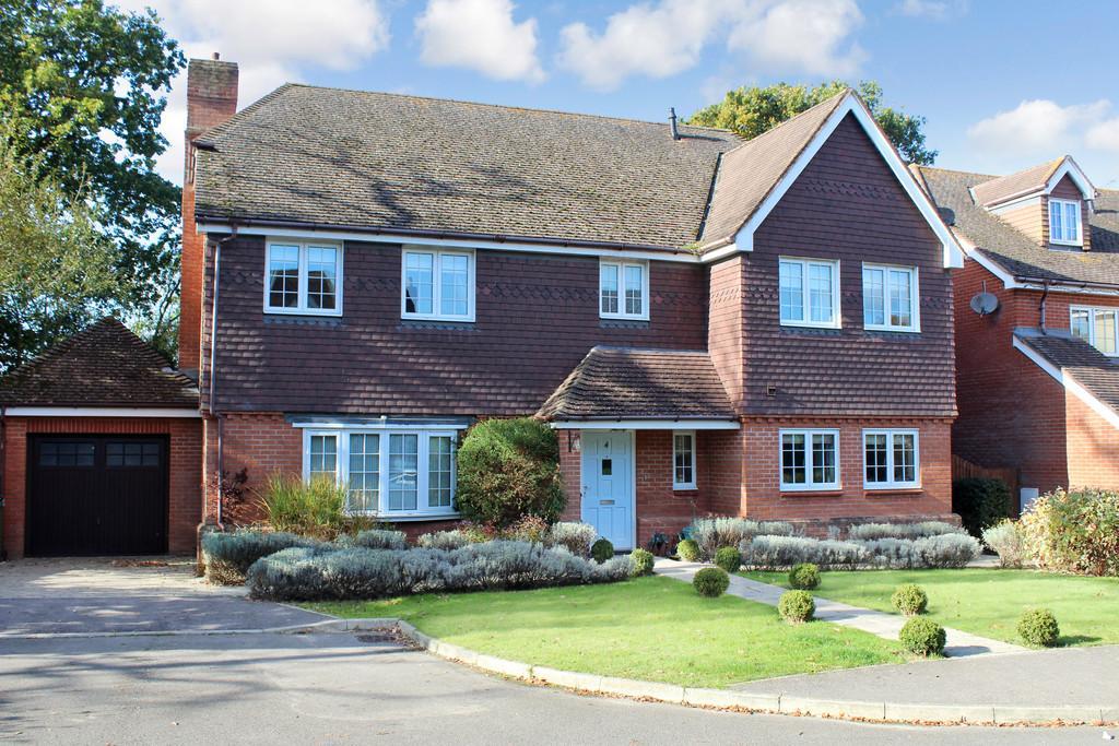 5 Bedrooms Detached House for sale in Bax Close, Storrington
