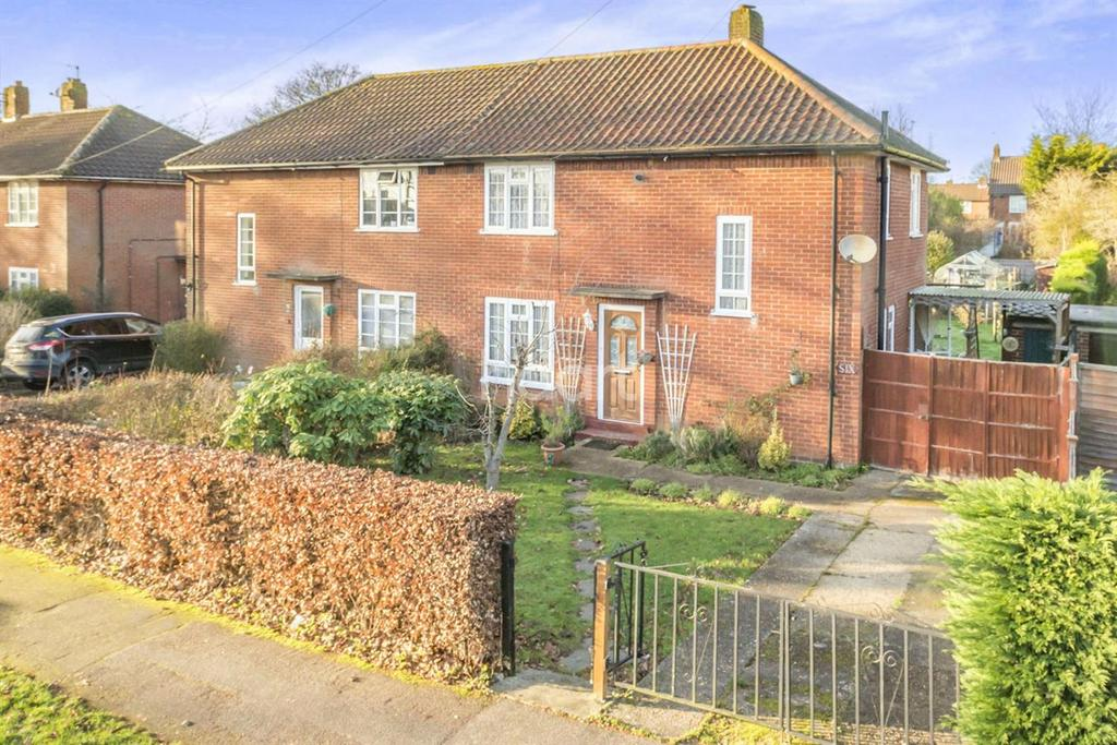 3 Bedrooms Semi Detached House for sale in Upperfield Road