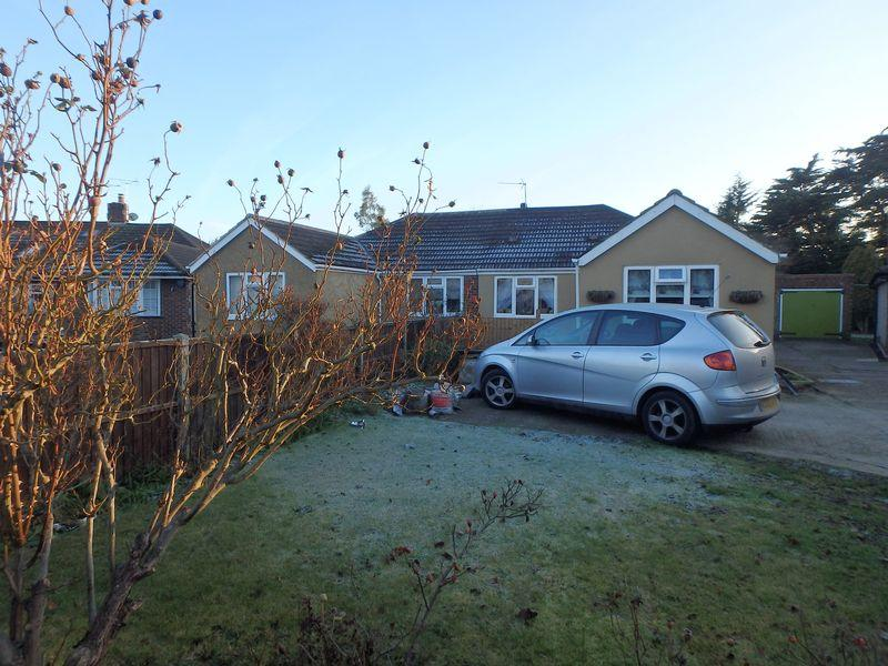 3 Bedrooms Bungalow for sale in Manor Green Road, Epsom
