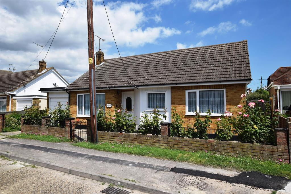3 Bedrooms Detached Bungalow for sale in Gainsborough Avenue, Canvey Island