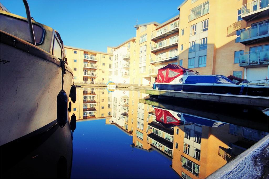 2 Bedrooms Flat for sale in Lockside Marina, Hill Road South, CHELMSFORD, Essex