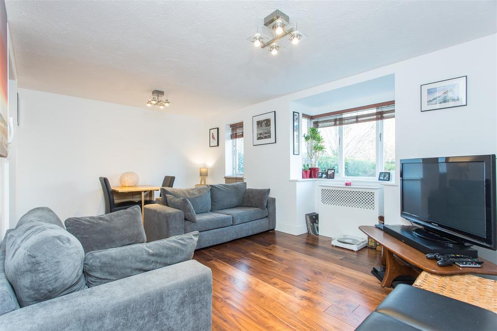 2 Bedrooms Flat for sale in Woodgate Drive, London, SW16