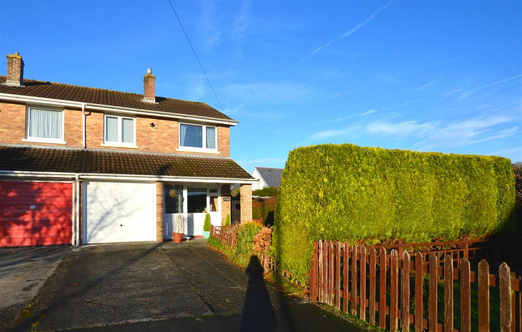 3 Bedrooms Semi Detached House for sale in Tycroes