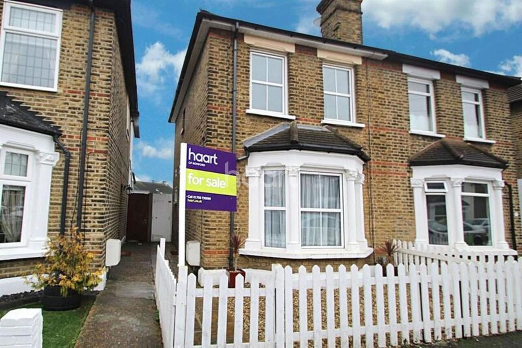 2 Bedrooms Semi Detached House for sale in Cotleigh Road, Romford Centre