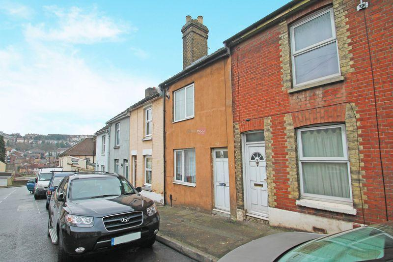 3 Bedrooms Terraced House for sale in Castle Road, Chatham