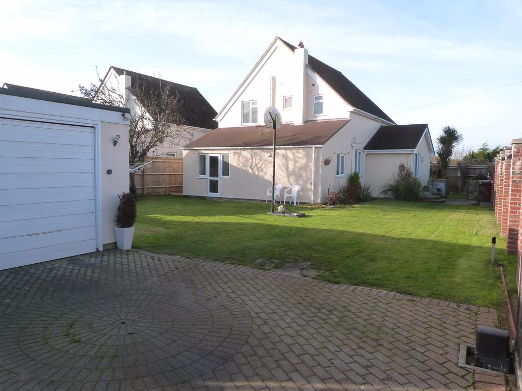 4 Bedrooms Detached House for sale in Ursula Avenue North, Selsey
