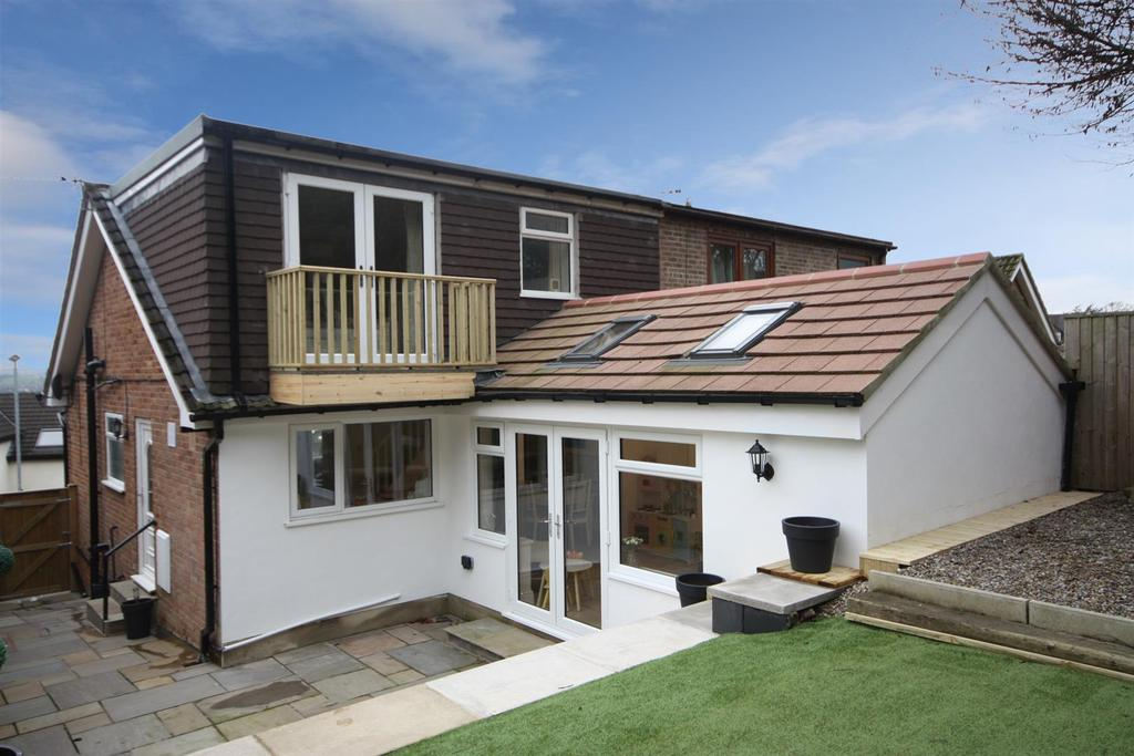 3 Bedrooms Semi Detached House for sale in Emmott View, Rawdon