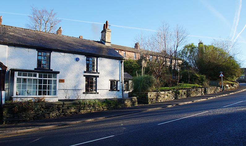 2 Bedrooms Semi Detached House for sale in Huddersfield Road, Austerlands, Oldham OL4