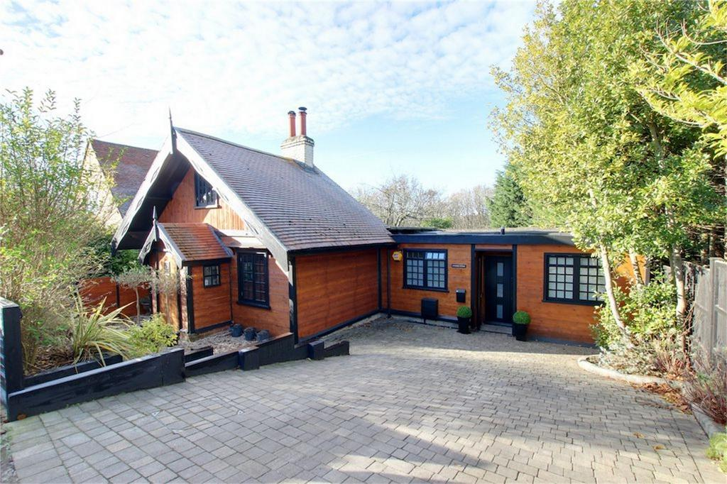 3 Bedrooms Detached House for sale in Baldwins Hill, Loughton, Essex