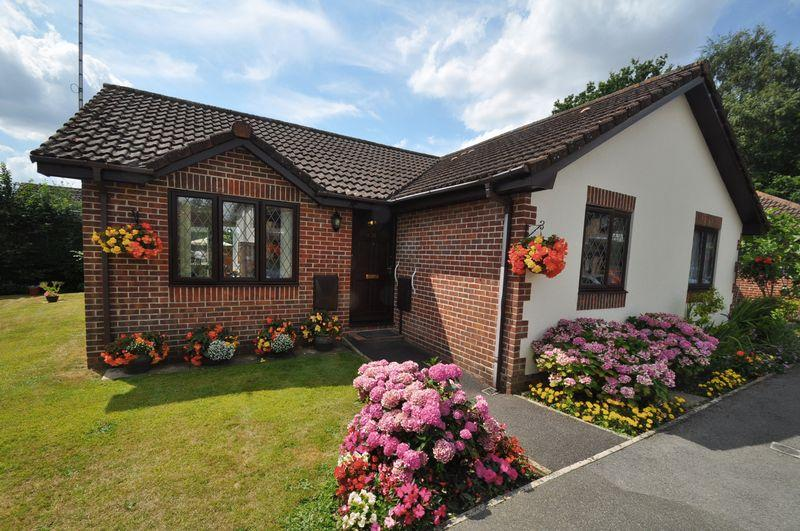 2 Bedrooms Bungalow for sale in Orchard Court, Verwood