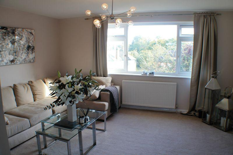2 Bedrooms Apartment Flat for sale in Bridge Road. Hampton Court.