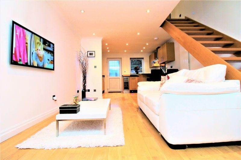 2 Bedrooms Town House for sale in Barnston Court, Chester