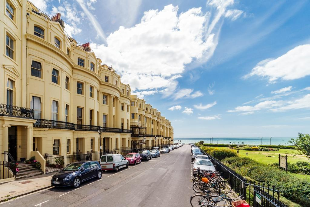 2 Bedrooms Ground Flat for sale in Brunswick Square, Hove, BN3