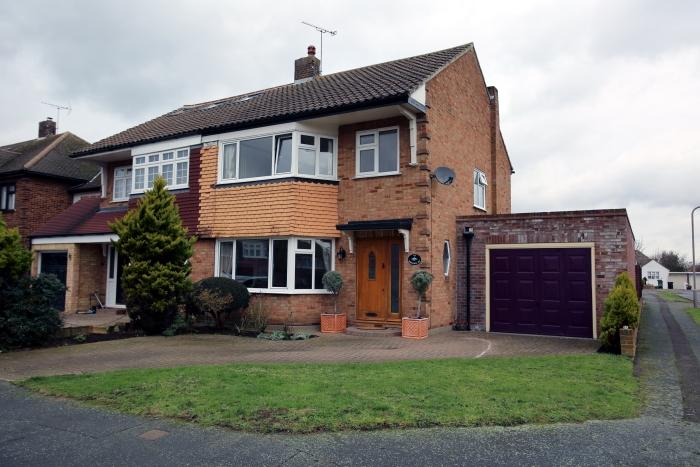 4 Bedrooms Semi Detached House for sale in MAYFLOWER WAY, ONGAR CM5
