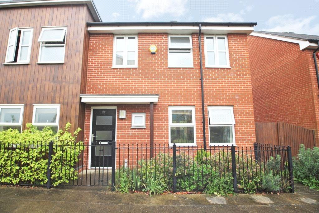 3 Bedrooms Semi Detached House for sale in Puffin Way, Reading, Berkshire, RG2