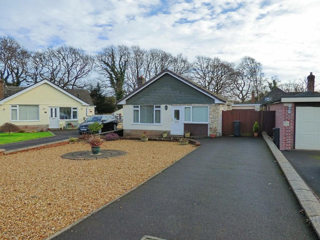 2 Bedrooms Detached Bungalow for sale in Broadstone