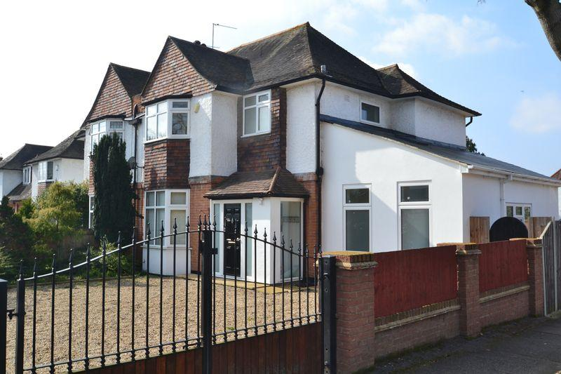 4 Bedrooms Semi Detached House for sale in Southborough Road, Bickley