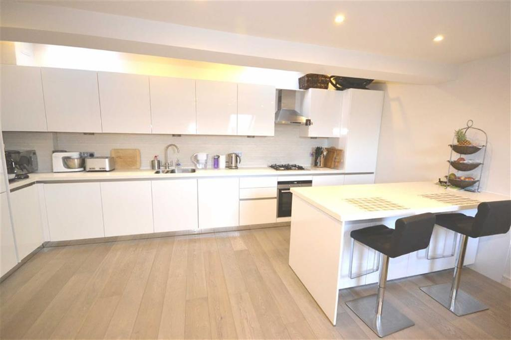 2 Bedrooms Flat for sale in Bakers Court, Epping, Essex