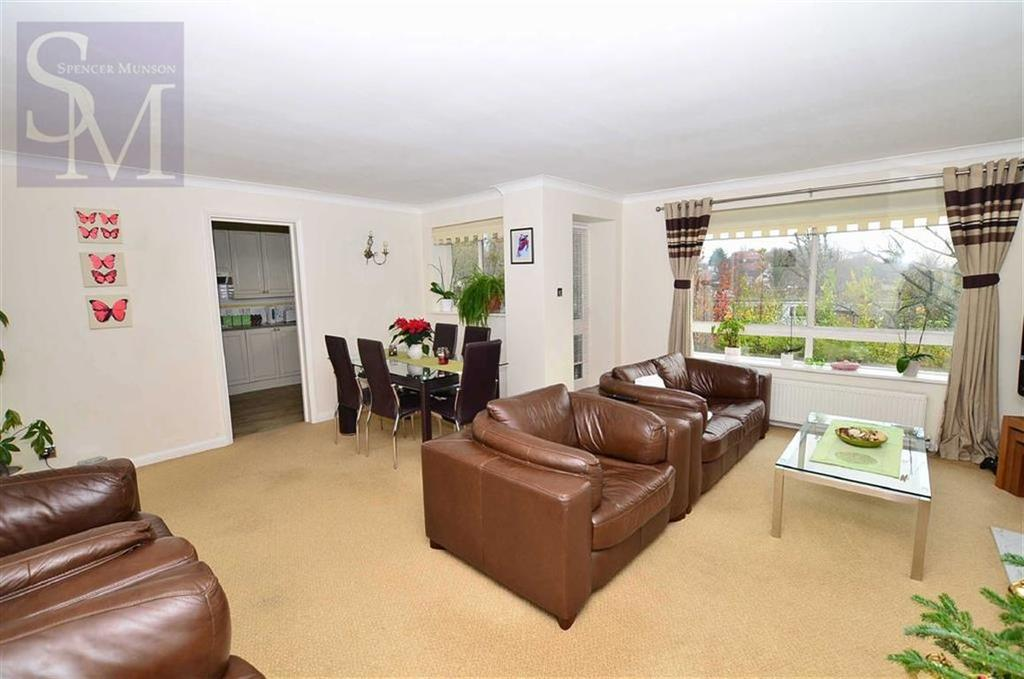 2 Bedrooms Flat for sale in The Heights, Loughton, Essex
