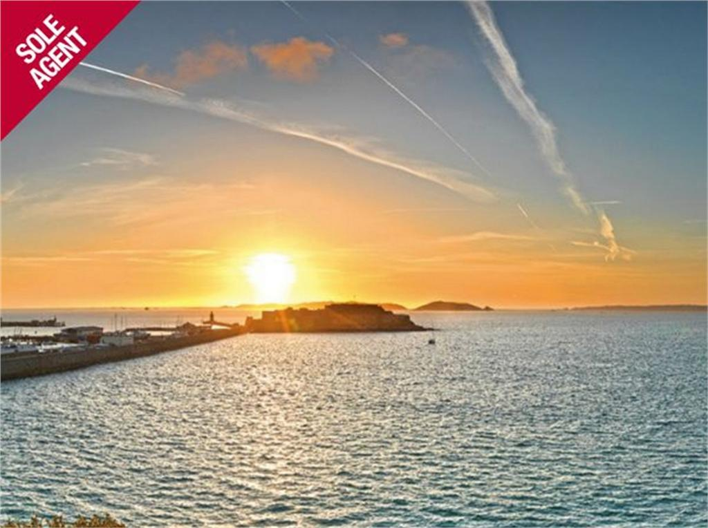 2 Bedrooms Flat for sale in 5 Carrick House, Havelet Waters, St Peter Port