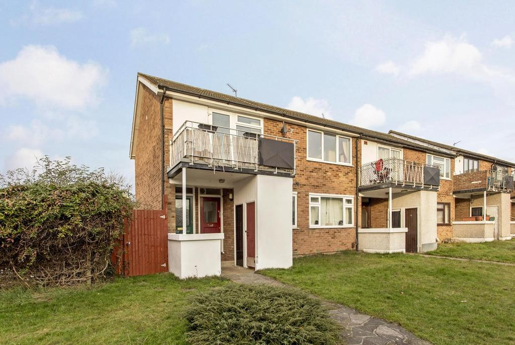 2 Bedrooms Maisonette Flat for sale in Cherrydown Walk, Romford, RM7