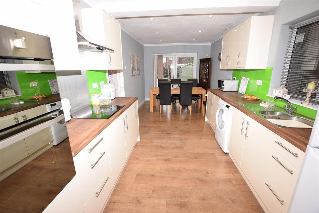 3 Bedrooms Chalet House for sale in Tantelen Road, Canvey Island
