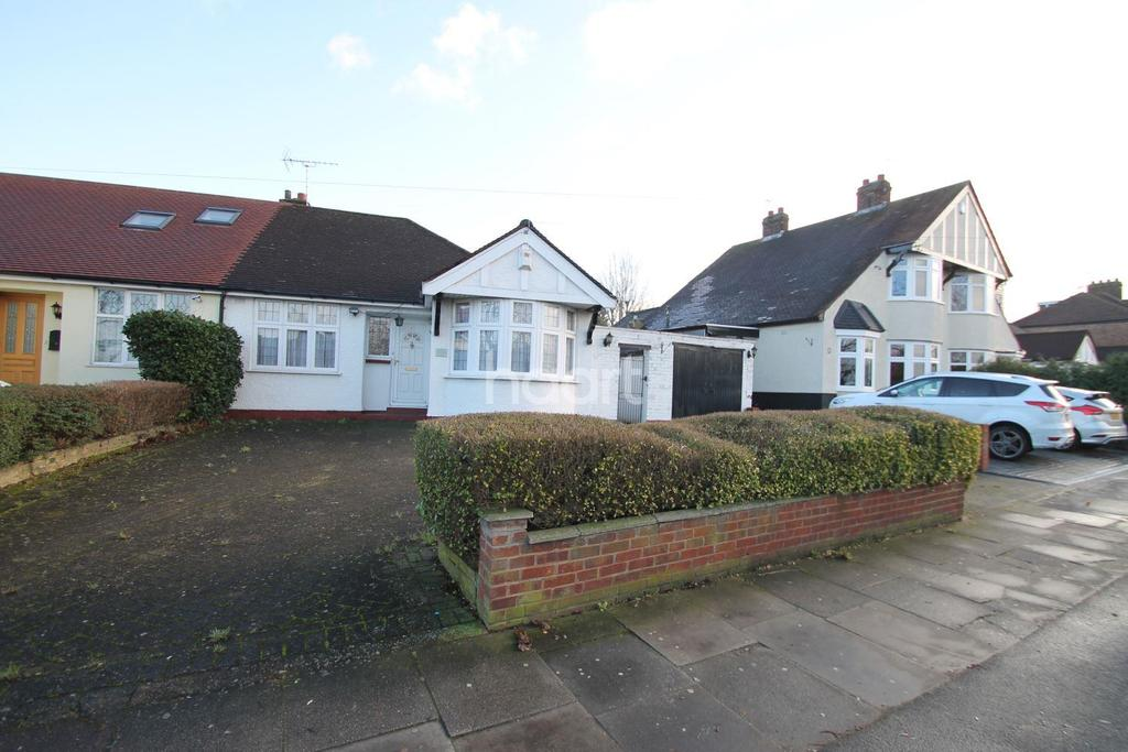 3 Bedrooms Bungalow for sale in Caterham Avenue, Clayhall