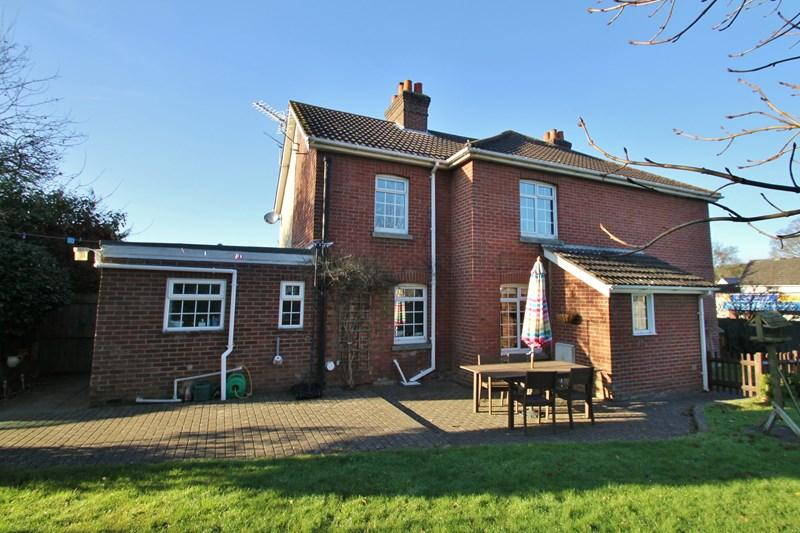 3 Bedrooms Semi Detached House for sale in Ringwood Road, Verwood