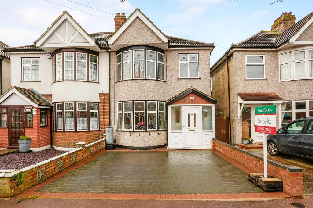 3 Bedrooms Semi Detached House for sale in Gorseway, Romford, RM7