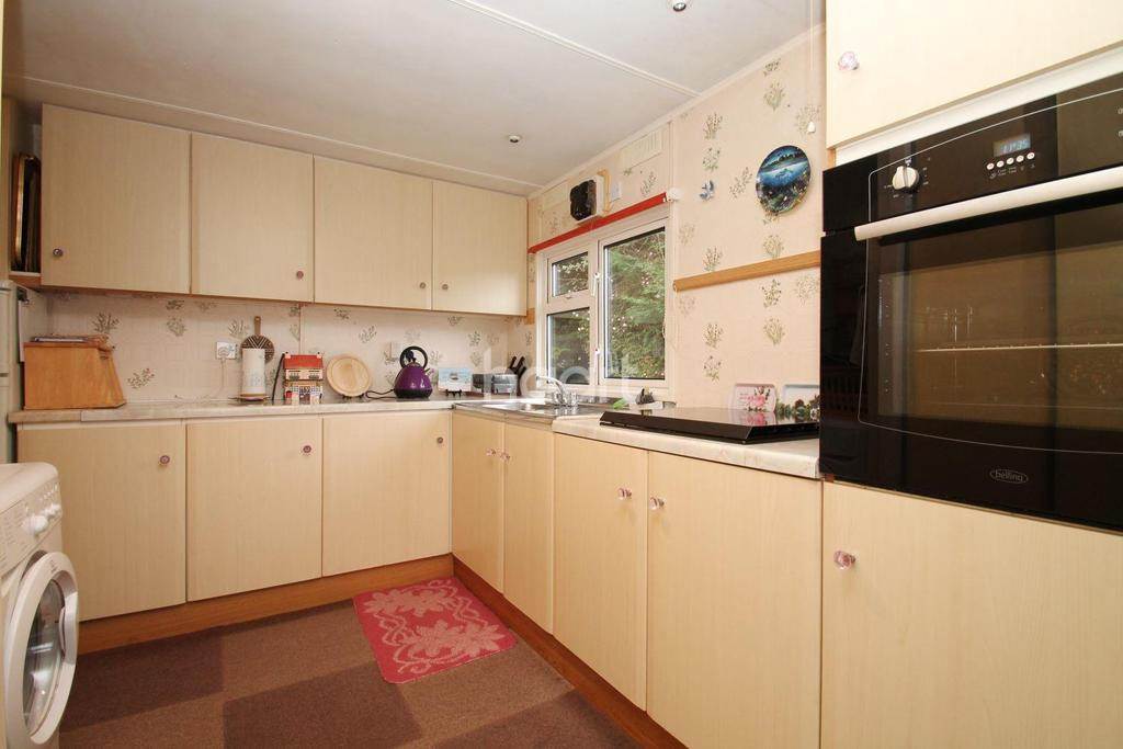 2 Bedrooms Bungalow for sale in Oak Avenue, Blisworth, Northampton