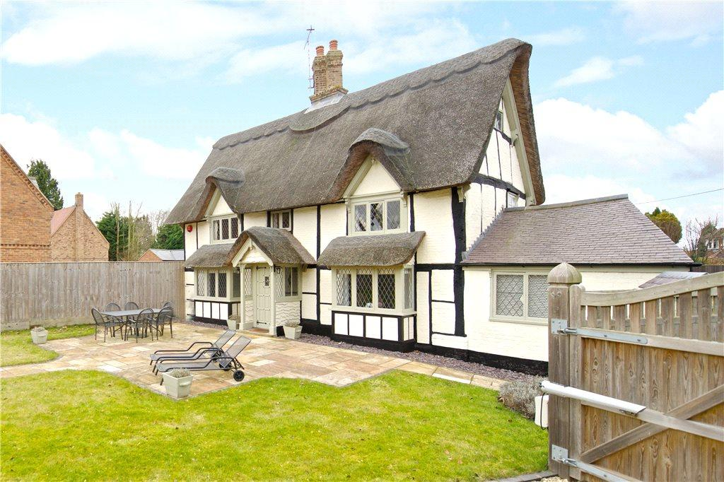 3 Bedrooms Detached House for sale in London Road, Aston Clinton, Aylesbury, Buckinghamshire