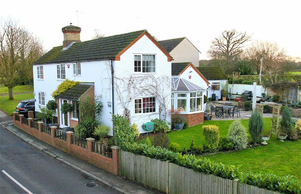 4 Bedrooms Detached House for sale in Datchworth Green, Datchworth SG3 6TL