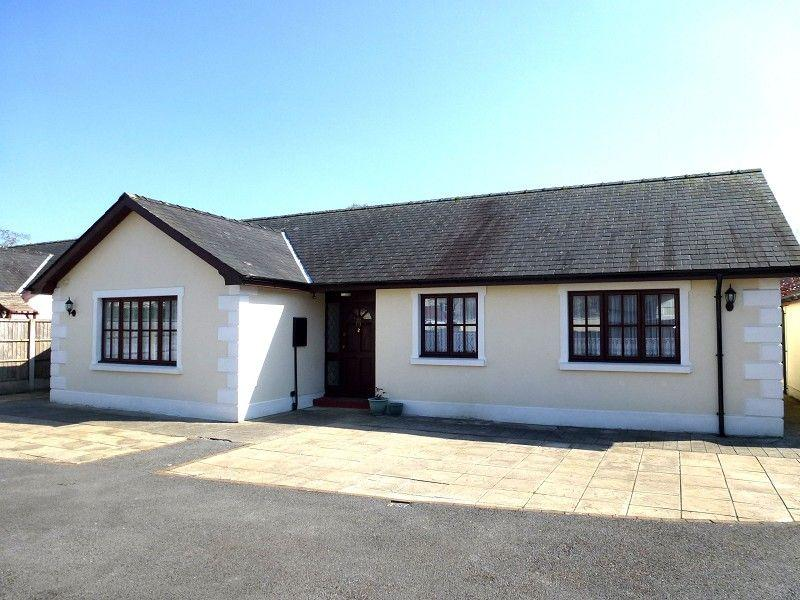 3 Bedrooms Bungalow for rent in Heol Royston, Llandovery, Carmarthenshire.